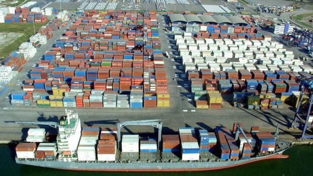 Gargalos aumentam espera de navio para atracar em Santos