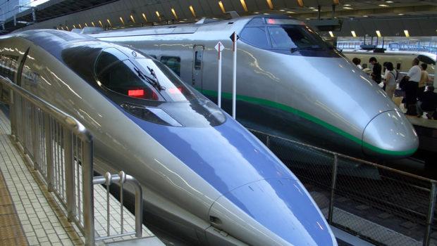 Trem pega passageiros sem parar na estação (vídeos)
