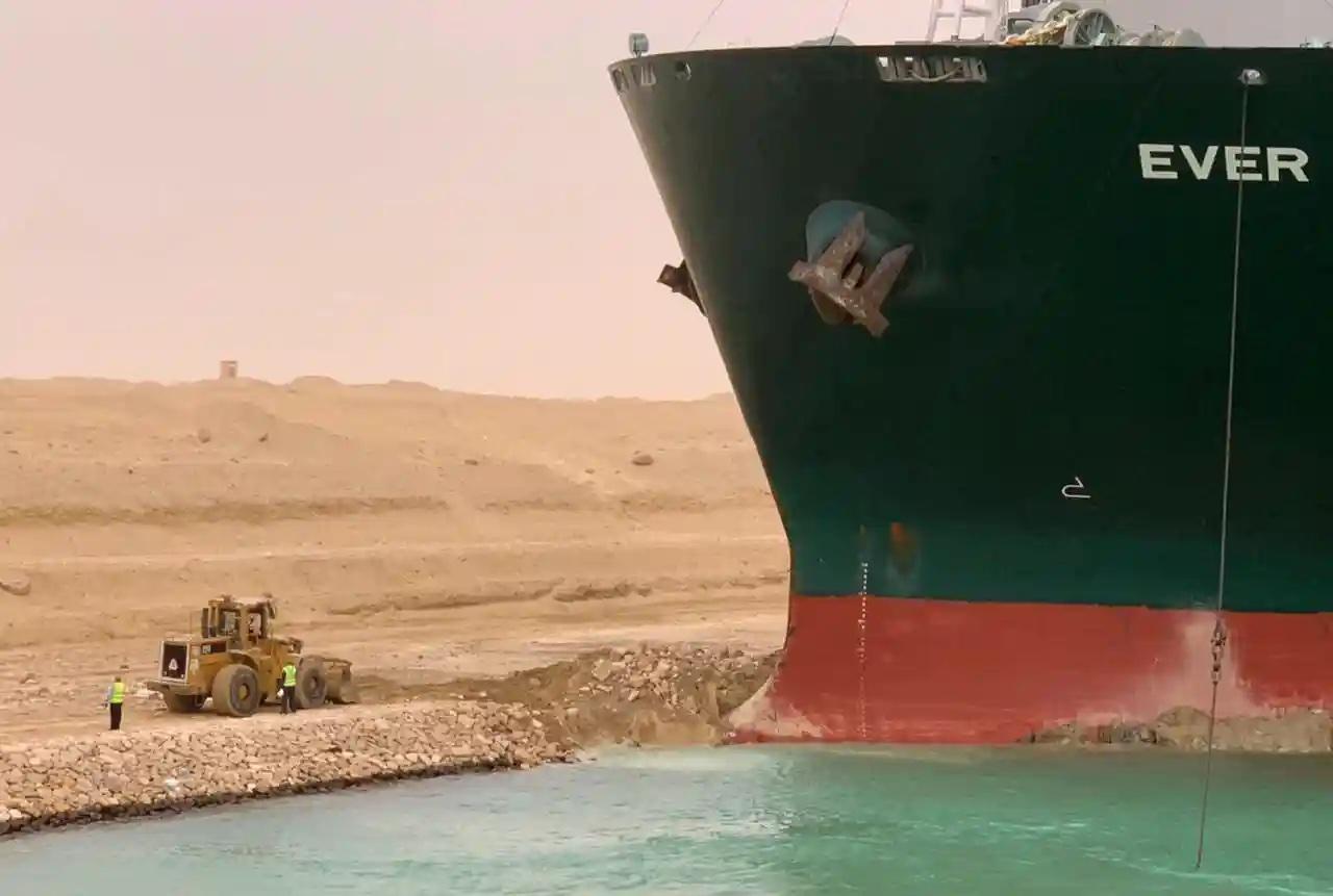 Tráfego interrompido no Canal de Suez com um meganavio encalhado